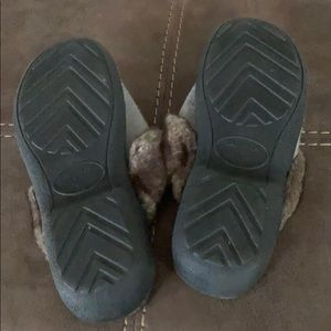 isotoner Shoes - Gray slippers with brown faux fur trim